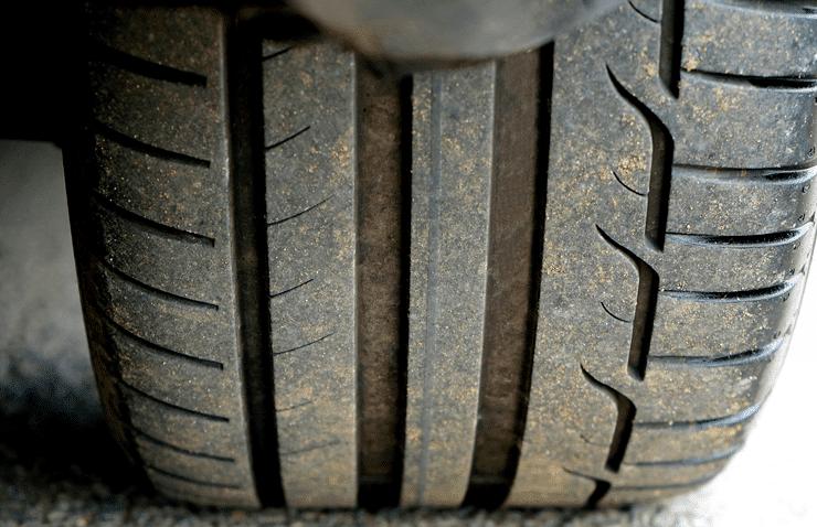 neumático usado suelo