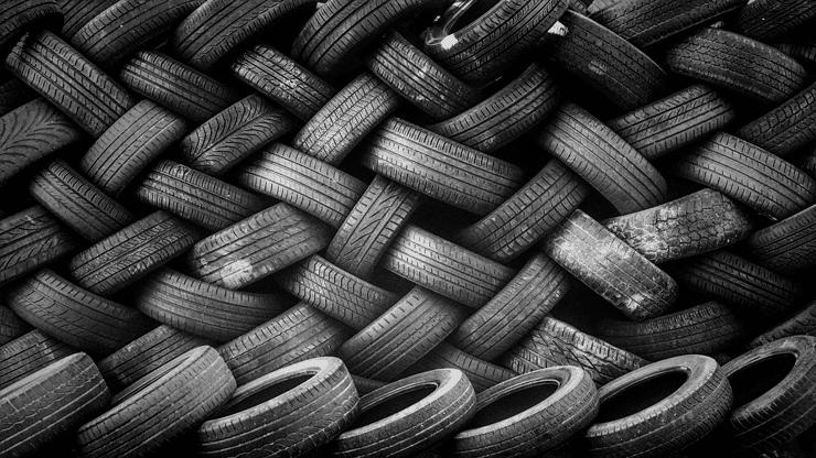 pila de neumáticos usados
