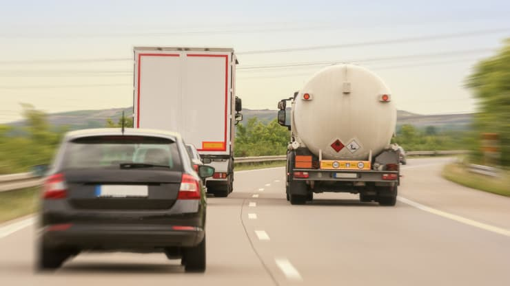 coche adelantando camiones
