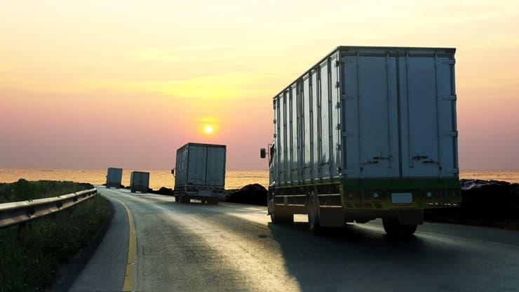 camiones circulando atardecer