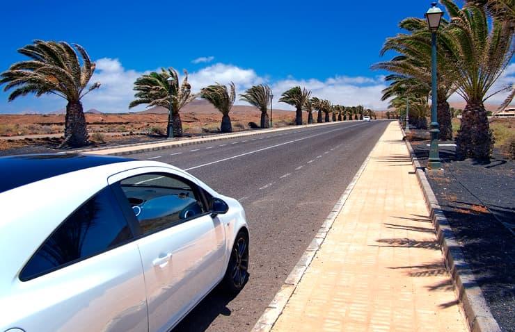 coche circulando carretera viento canarias