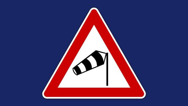 señal carretera zona viento fuerte