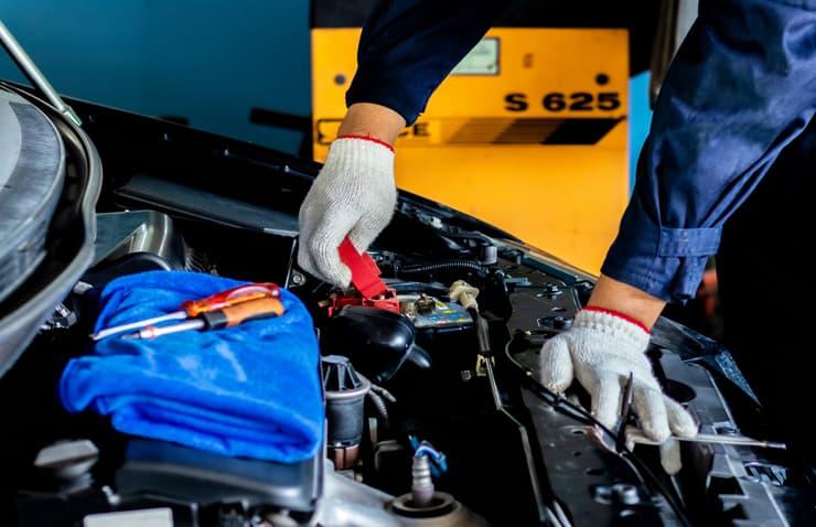mecánico probando batería coche