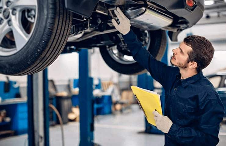 técnico iv inspeccionando coche
