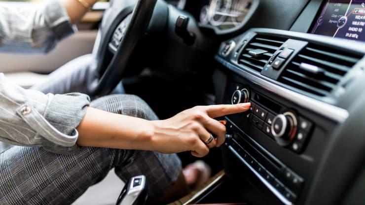 persona activando aire acondicionado coche